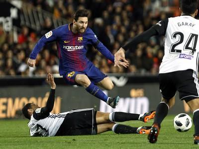 Lionel Messi a Francis Coquelin v súboji o loptu