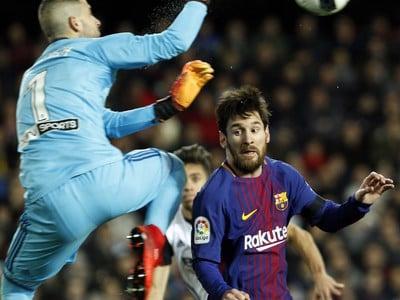 Zasahujúci Jaume Domenech a Lionel Messi