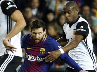 Lionel Messi a Geoffrey Kondogbia v súboji o loptu