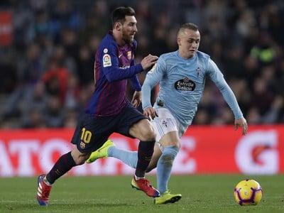 Lionel Messi a Stanislav Lobotka v súboji o loptu