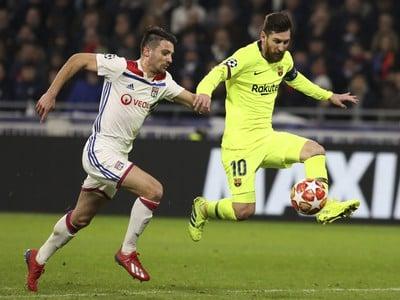 Leo Dubois a Lionel Messi v súboji
