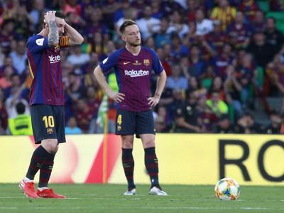 Frustrovaní Lionel Messi a Ivan Rakitič