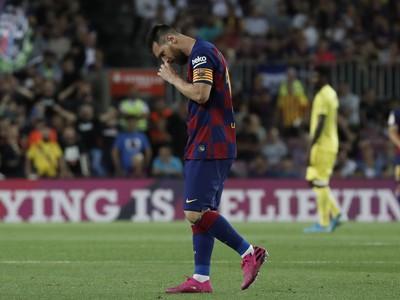 Zranený Lionel Messi opúšťa ihrisko