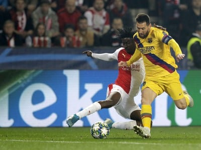 Lionel Messi a Peter Olayinka