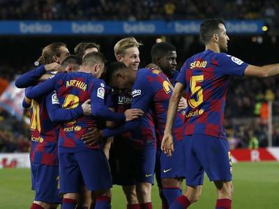 Hráči FC Barcelona oslavujú gól