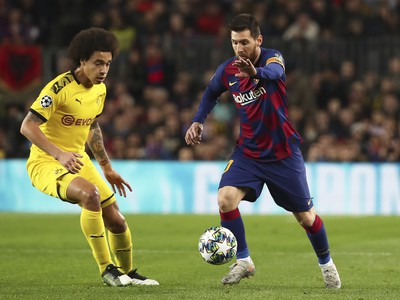 Lionel Messi z Barcelony a  Axel Witsel z Dortmundu
