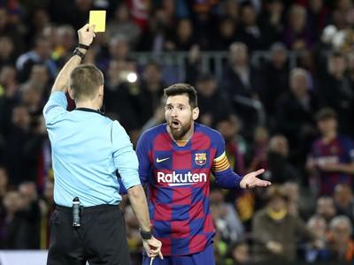 Lionel Messi z FC Barcelony dostáva žltú kartu