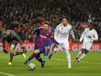 Hráč FC Barcelony Lionel Messi (uprostred) a hráči Realu Madrid zľava brankár Thibaut Courtois  a Sergio Ramos v zápase 10. kola španielskej La Ligy FC Barcelona - Real Madrid