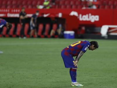 Sklamaný Lionel Messi po