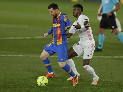 Lionel Messi vedie loptu pred Juniorom Viníciusom