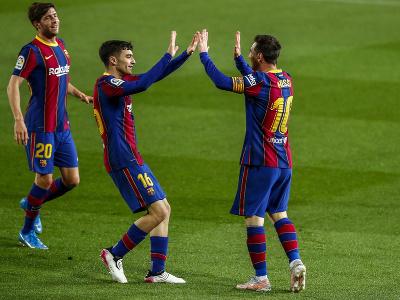 Hráči Barcelony oslavujú gól, vpravo Lionel Messi