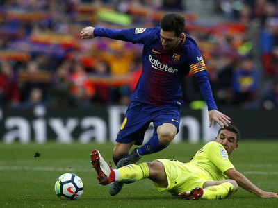 Lionel Messi a Mathieu Flamini v súboji o loptu