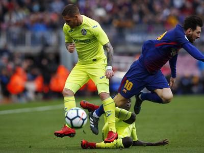 Lionel Messi a Vitorino Antunes v súboji o loptu