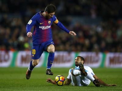 Lionel Messi uniká protihráčovi