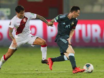 Lionel Messi vedie loptu pred Peruánčanom Gianlucom Lapadulom