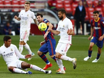 Lionel Messi, Raphael Varane a Nacho v súboji o loptu
