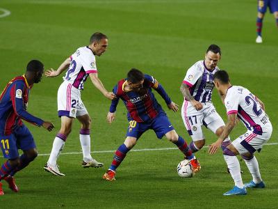 Lionel Messi, Roque Mesa, Nacho a Lucas Olaza v súboji o loptu