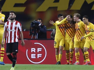 Oslavujúci Lionel Messi so spoluhráčmi