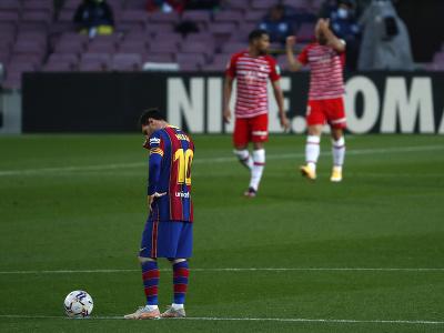 Frustrovaný Lionel Messi a oslavujúci hráči Granady