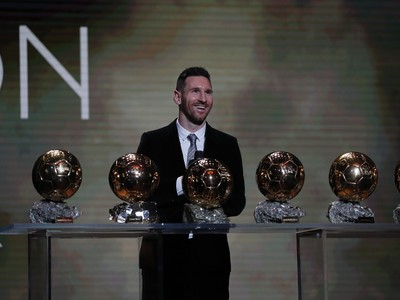 Lionel Messi si prezerá svoju šesticu Zlatých lôpt na vyhlásení ankety Zlatá lopta France Football