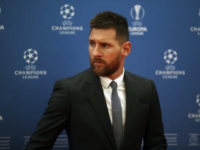 Futalista FC Barcelona Lionel Messi pózuje pred začiatkom žrebu skupinovej fázy Ligy majstrov