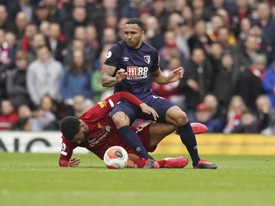Hráč Liverpoolu Joe Gomez (vľavo), vpravo je Arnaut Groeneveld z  Bournemouthu