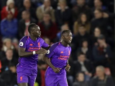Hráč Liverpoolu Naby Keita (vpravo) oslavuje so spoluhráčom Sadiom Maneom