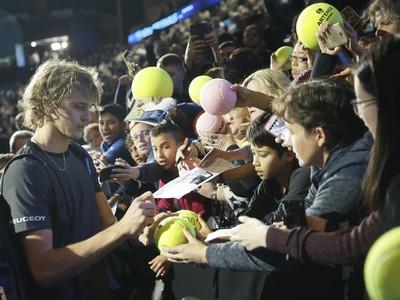 Alexander Zverev rozdáva autogramy po výhre nad Federerom