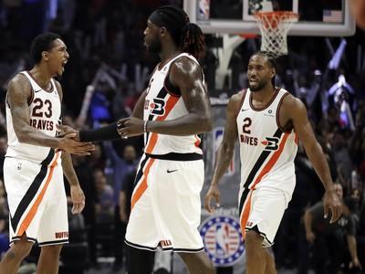 Radujúca sa trojica Clippers - zľava Williams, Harrell a Leonard