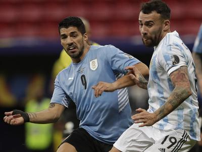 Luis Suaréz a Nicolas Otamendi v súboji