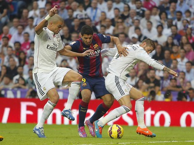 Luis Suárez v súboji s Pepem a Ramosom