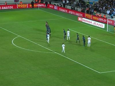 Luis Suárez zahráva priamy