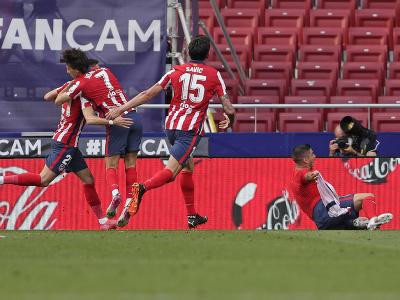 Luis Suárez oslavuje gól so spoluhráčmi