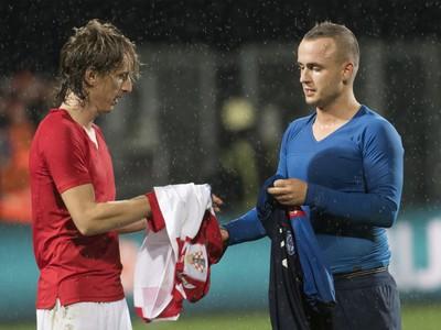 Luka Modrič si vymieňa dres so Stanislavom Lobotkom