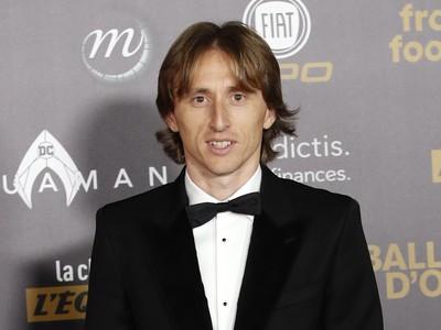 Chorvátsky stredopoliar a hráč španielskeho klubu Real Madrid Luka Modrič prichádza na vyhlásenie ankety Zlatá lopta France Football v Paríži