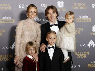 Chorvátsky stredopoliar a hráč španielskeho klubu Real Madrid Luka Modrič  s rodinou pózuje fotografom počas príchodu na vyhlásenie ankety Zlatá lopta France Football v Paríži