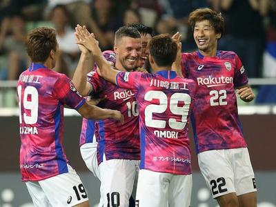 Lukas Podolski (v strede)