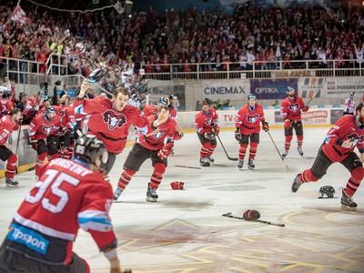 Hokejisti Banskej Bystrice oslavujú