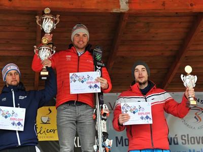 Slovenskí lyžiari, zľava druhý  Adam Kotzman, víťaz Matej Falát a tretí Matej Prieložný v slalome mužov v Cene Malej Fatry/MSR v lyžiarskom stredisku Vrátna-Paseky