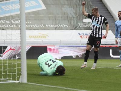 Emil Krafth strieľa gól