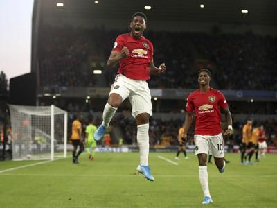 Futbalista Manchestru United Anthony Martial sa teší so spoluhráčmi po strelení gólu