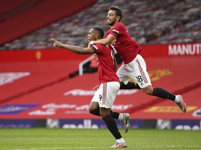 Anthony Martial (vľavo) z Manchestru United sa teší z gólu s Brunom Fernandesom