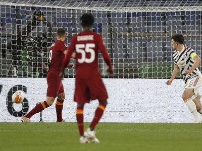 Edin Džeko strieľa gól do siete United