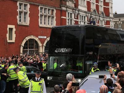 Fanúšikovia zaútočili na autobus