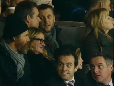 Julia Robertsová a jej manžel Daniel Moder sledujú zápas United na tribúne Old Traffordu