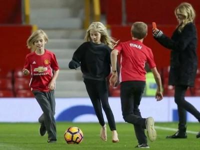 Julia Robertsová fotografuje svoje deti hrajúce sa na slávnom Old Trafforde