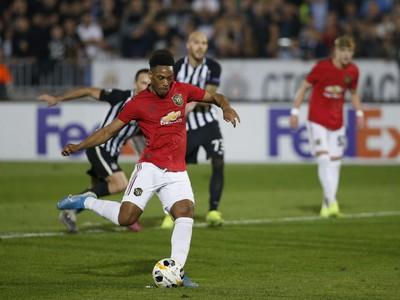Anthony Martial premieňa penaltu v zápase s Partizanom Belehrad