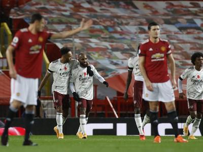 Pierre-Emerick Aubameyang a Alexandre Lacazette oslavujú gól Arsenalu