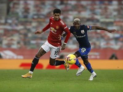 Moussa Djenepo a Marcus Rashford v súboji