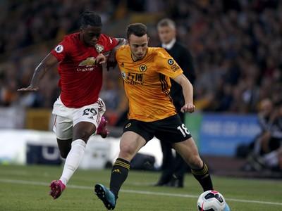 Futbalista Wolverhamptonu Wanderers Diogo Jota (vpravo) a hráč Manchestru United Aaron Wan-Bissaka